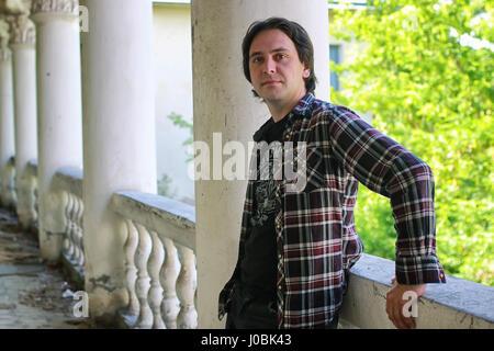 Uomo seduto sul gradino abbandonati