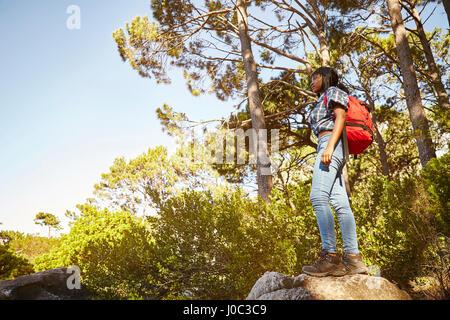 Giovane donna in piedi sulla roccia, guardando a vista, Cape Town, Sud Africa