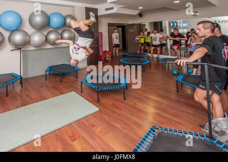 Otwock, Polonia - Semptember 10, 2016: un ragazzo sportivo somersaulting indietro Foto Stock