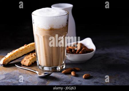 Latte macchiato di caffè con latte di mandorla Foto Stock