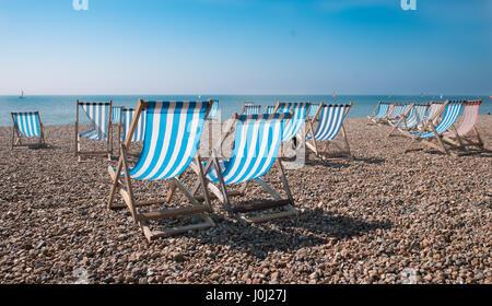 Vuoto a strisce tradizionali sedie a sdraio sulla spiaggia di Brighton, Inghilterra, Regno Unito Foto Stock