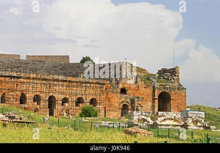 Parte di antico anfiteatro vicino a Pamukkale Hierapolis, Turchia Foto Stock