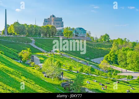 KIEV, UCRAINA - 1 Maggio 2016: Parco della gloria eterna è costituito da terrazze, tanto amata dalle coppie durante Foto Stock