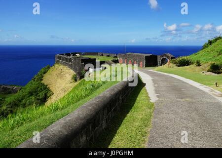 Brimstone Hill Fortress cancello di ingresso e strada in un brignt giornata soleggiata con vista del mare sullo sfondo, St Kitts Island. Foto Stock