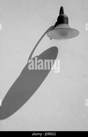 Un bianco e nero via lampada getta un' ombra Foto Stock
