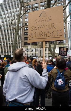 New York, Stati Uniti d'America. Il 15 aprile, 2017. I dimostranti si riuniscono nella città di New York invitando Foto Stock