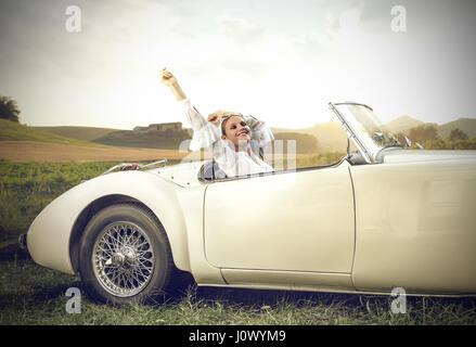 Donna bionda di riposo in auto Foto Stock
