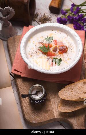 Zuppa con purea di salmone in un vaso di ceramica Foto Stock