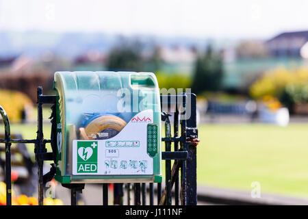 Un sistema automatico di defibrillatore di emergenza in una casella bloccata con una tastiera in un parco pubblico. Foto Stock