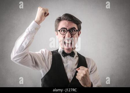 Felice l'uomo elegante tifo interno Foto Stock