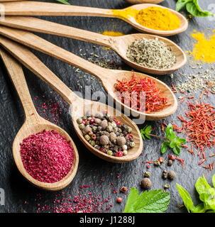 Assortimento di spezie in i cucchiai di legno. Foto Stock