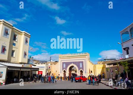 Strada di fronte a Bab Bou Jeloud gate, Batha, la Medina di Fez, Marocco, Africa Foto Stock