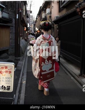 Maiko ( partecipante geisha ) a piedi lungo ponto-cho street in Higashiyama nr. Gion, Kyoto, Giappone Foto Stock