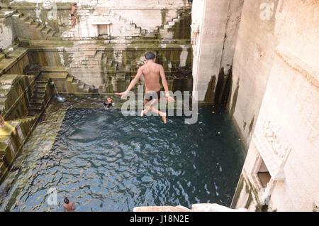 Boy jumping in Toorji stepwell, Jodhpur, Rajasthan, India, Asia Foto Stock
