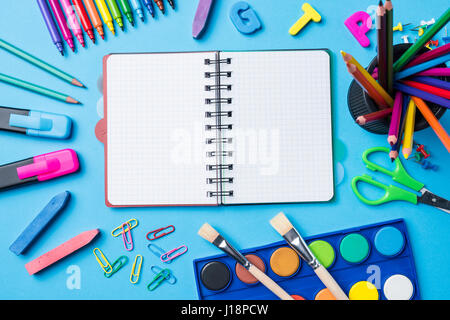 Tettuccio di colpo di forniture scolastiche su sfondo blu Foto Stock