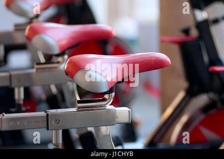 Una filatura macchine aerobiche in un Festival del Fitness Foto Stock