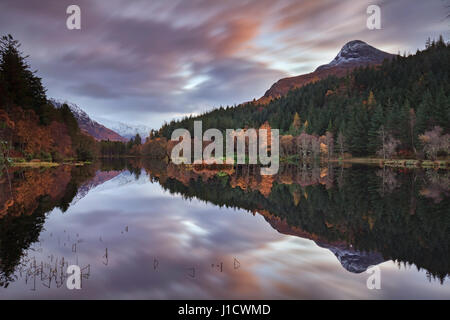 Sunrise a Glencoe Lochan neat Glencoe in Scozia Foto Stock