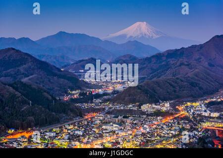 Otsuki, Giappone Skyline con Mt. Fuji. Foto Stock
