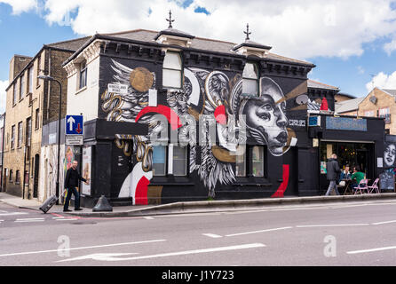 Dal Bridge Cafe & Olly Studio galleria con graffiti da artista di strada Caratoes e persone a piedi nella parte Foto Stock
