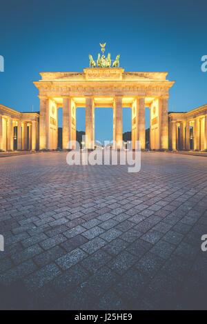 Classic vista verticale della Porta di Brandeburgo, in Germania il più famoso punto di riferimento e un simbolo nazionale, nel post tramonto crepuscolo durante l ora di blu, Berlino Foto Stock