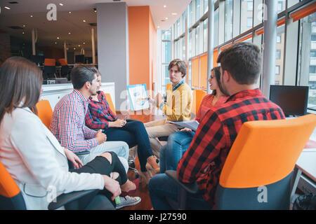 Inquadratura di un gruppo di giovani professionisti di aziende aventi una riunione. Foto Stock