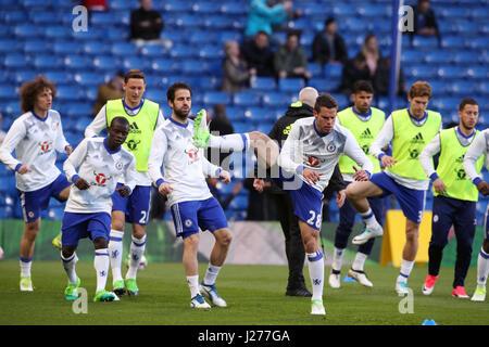 Chelsea's Cesar Azpilicueta (centro destra) e compagni di team warm up prima della Premier League a Stamford Bridge, Londra.