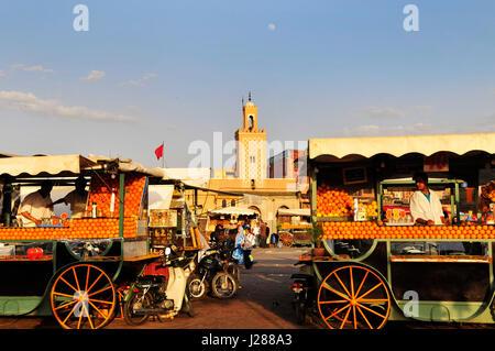 Succo di arancia fornitori presso il colorato Djema El Fna sq. in Marrakech, Marocco. Foto Stock