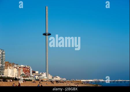 I360, Brighton, U.K, 2016. La British Airways i360 è il più alte del mondo in movimento torre di osservazione e Foto Stock