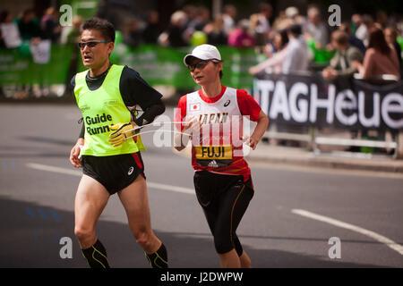 Fuji Yumiko dal Giappone, competere nel 2017 London Marathon mondo Para Athletic World Cup. Lei è andato a finire Foto Stock
