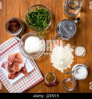 Gli ingredienti sul tavolo di legno in cucina, ad alto angolo di visione Foto Stock