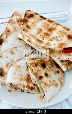 Pane bianco con carni imballate sul piatto bianco Foto Stock