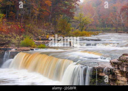 La cataratta inferiore cade su Mill Creek in autunno a Lieber membro Recreation Area vicino a Cloverdale, Indiana, Foto Stock