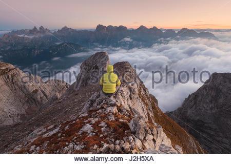 L'Europa, Italia, Veneto, Cadore, Auronzo. Dalla cima dei camosci, Marmarole, un escursionista di sunrise è guardando Foto Stock