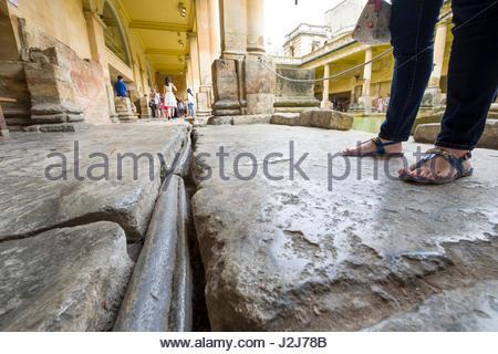 Romano tubo di piombo che fluisce con acqua calda dalla sacra primavera per la grande vasca da bagno, vasca, Somerset, Foto Stock