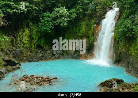 Cascata con le acque blu del Rio Celeste in Volcán Tenorio National Park, Costa Rica, America Centrale Foto Stock