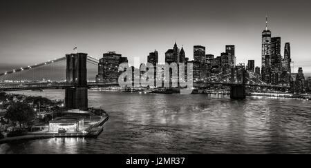 Il Ponte di Brooklyn e grattacieli di Manhattan al crepuscolo in bianco e nero. La città di New York Foto Stock