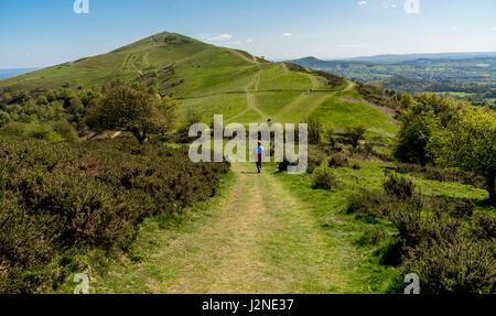 La gente che camminava sul Malvern Hills in Worcestershire, godendo il sole primaverile. Foto Stock