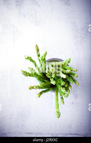 Gli asparagi su sfondo bianco Foto Stock