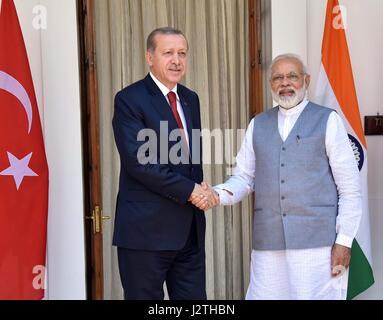 New Delhi, India. 01 Maggio, 2017. Primo Ministro indiano Narendra Modi saluta il presidente turco Recep Tayyip Erdogan, sinistra, a Hyderabad House Maggio 1, 2017 a New Delhi, India. Erdogan è su una due giorni di visita in India. Credito: Planetpix/Alamy Live News