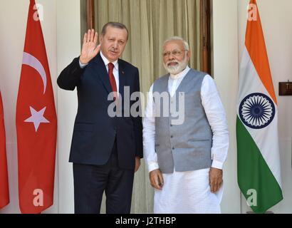 New Delhi, India. 01 Maggio, 2017. Primo Ministro indiano Narendra Modi con il presidente turco Recep Tayyip Erdogan, sinistra, a Hyderabad House Maggio 1, 2017 a New Delhi, India. Erdogan è su una due giorni di visita in India. Credito: Planetpix/Alamy Live News