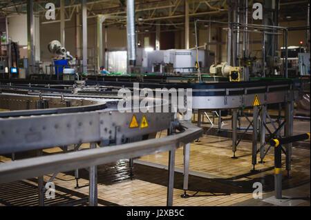 La produzione di birra linea. Attrezzatura per la messa in scena di produzione e di imbottigliamento del prodotto finito. Industriali speciali dispositivo tecnologico in fabbrica