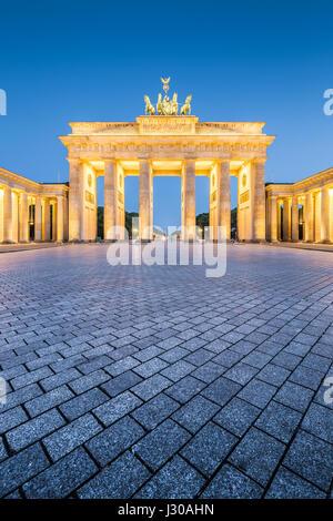Storica porta di Brandeburgo, in Germania il più famoso punto di riferimento e un simbolo nazionale, nel post tramonto crepuscolo durante ore Blu al tramonto nel centro di Berlino Foto Stock