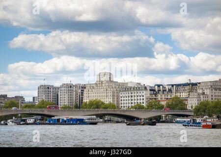 Iconico punto di riferimento sulla skyline di Londra, art deco Shell Mex House, 80 Strand, Londra WC2, dalla riva Foto Stock