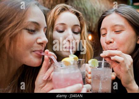 Felice giovani amici gustando un drink presso il bar