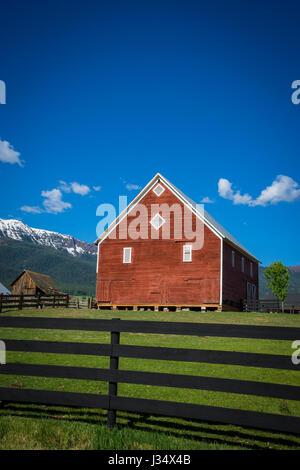 Granaio rosso vicino al Wallowa Montagne in Oregon Foto Stock
