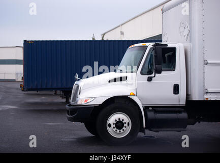 Piccola economica carrello con una casella per la distribuzione locale di merci sul parcheggio vicino al negozio Foto Stock