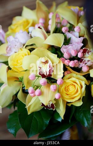 Giallo fresco bouquet di rose di colore giallo e bacche di rosa.colori luminosi Foto Stock