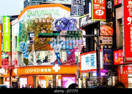 Di notte le luci su strada di Chengdu, Ximending, Taipei, Taiwan Foto Stock