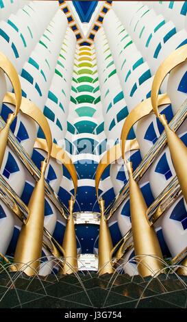 Guardando verso l'alto all'interno del 'sail' dalla lobby al Burj Al Arab Hotel in Dubai. Foto Stock