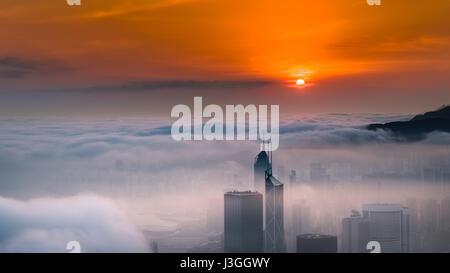 Misty città e il porto di Sunrise - Victoria Harbour di Hong Kong